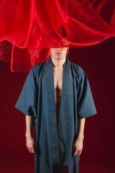 Boudoir modèle caucasien en robe avec un fond rouge