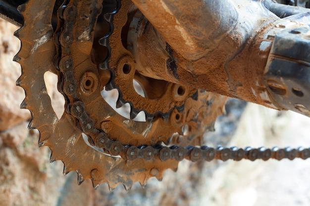 Boue et chaîne anneau sale dans un vélo de montagne