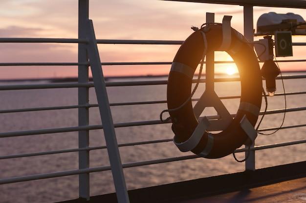 Bouée de sauvetage sur un bateau de croisière