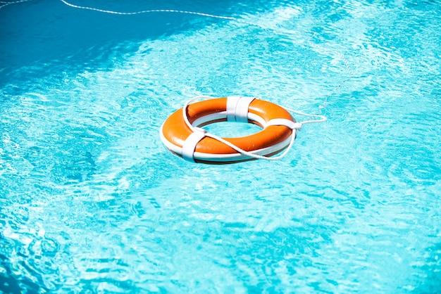 Bouée de sauvetage dans une mer bleue. fond d'aide plus humide.