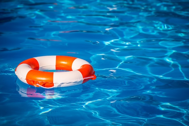 Bouée de sauvetage dans la piscine concept de vacances d'été