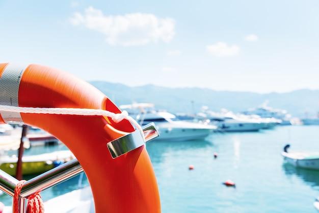 Bouée de sauvetage dans le port de mer contre des yachts au jour d'été