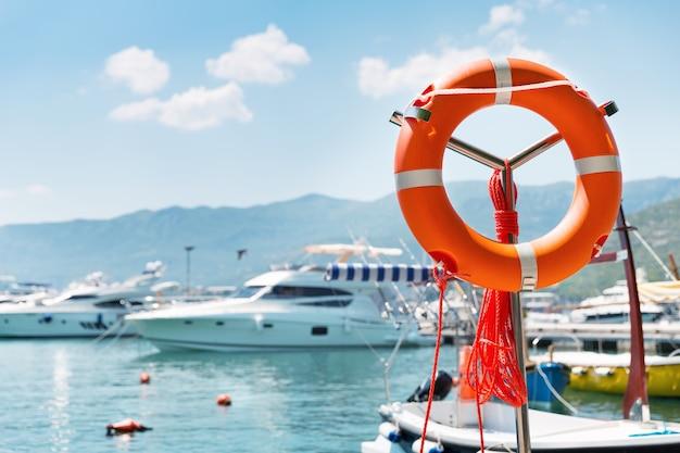 Bouée de sauvetage dans le port de mer contre des yachts