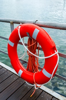 Bouée de sauvetage sur les quais