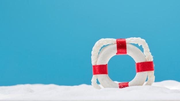 Bouée de sauvetage sur sable blanc. concept d'été
