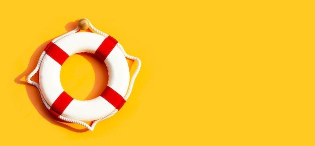 Bouée de sauvetage sur surface jaune