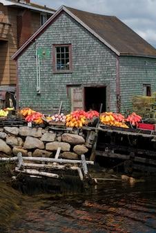 Bouées au hangar de pêche dans le port, west dover, halifax, nouvelle-écosse, canada