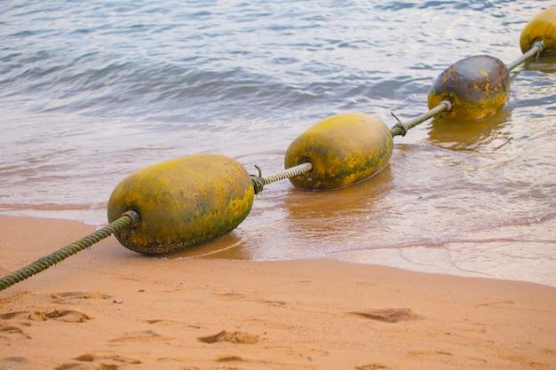 Bouées jaunes, séparateur de zone de baignade en sécurité.