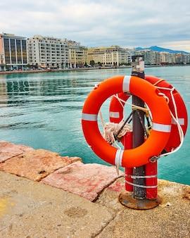Bouées de sauvetage sur le quai de thessalonique et l'avenue nikis en arrière-plan. grèce