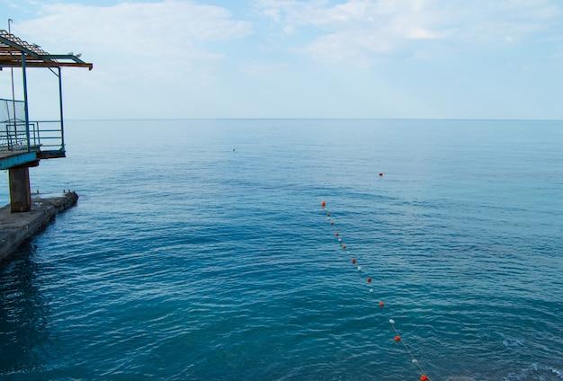 Bouées de séparation dans la mer pour nager en toute sécurité sur la plage