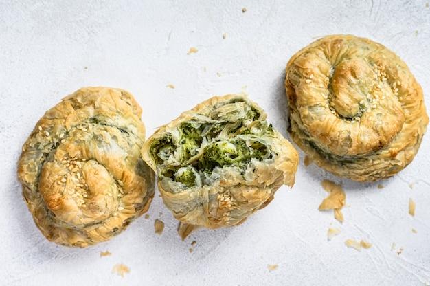 Bouffée de tarte grecque twist aux épinards et à la feta.