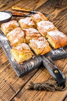 Bougatsa de pâtisserie grecque avec pâte phyllo et crème pâtissière à la semoule.