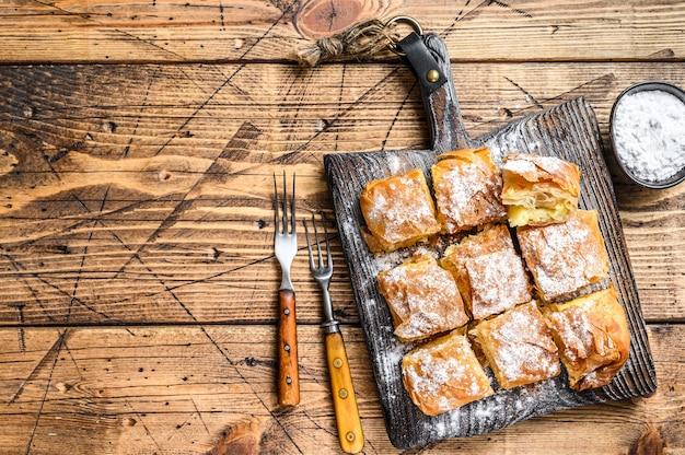Bougatsa de pâtisserie grecque avec pâte phyllo et crème de semoule.