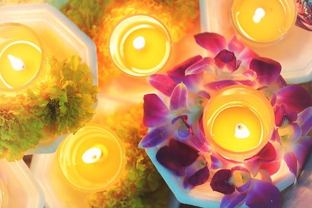 Bougie allumé la culture thaïlandaise fleur marcher dans la journée asalha puja, jour magha puja, visakha puja day
