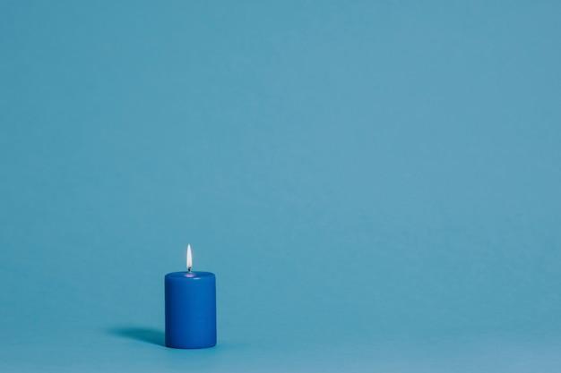 Bougie allumée de couleur bleue