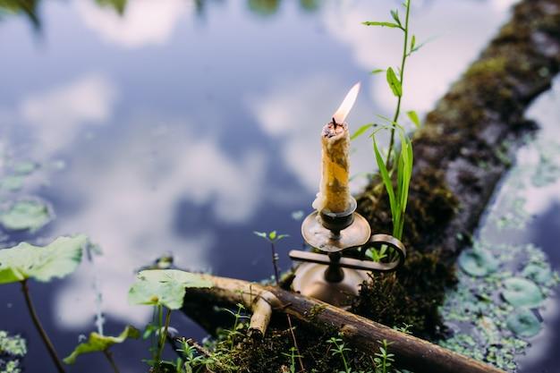 Bougie allumée dans le concept ésotérique occulte du lac enchanté