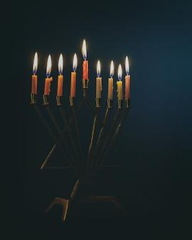 Bougie allumée dans la menorah traditionnelle hanukkah en argent