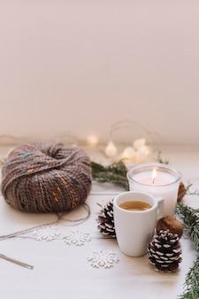 Bougie allumée avec des fils à tricoter