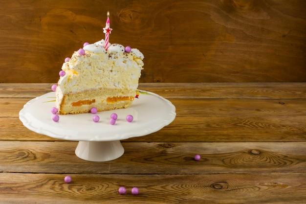Bougie allumée sur le gâteau d'anniversaire