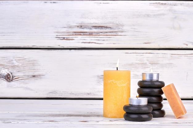 Bougie allumée avec pierres noires et savon avec espace de copie
