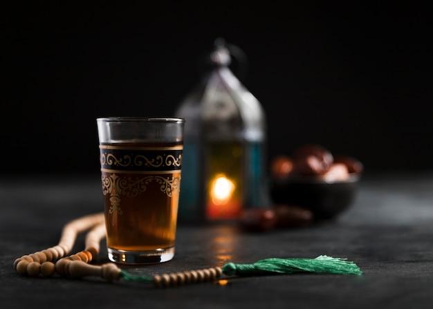 Bougie à angle faible et collation pour le jour du ramadan
