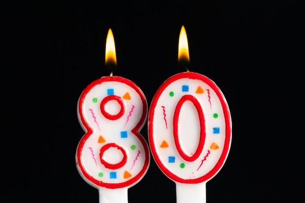 Bougie d'anniversaire brûlante colorée sur noir