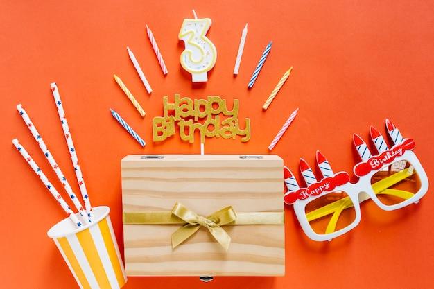 Bougie d'anniversaire vue de dessus avec éléments d'anniversaire