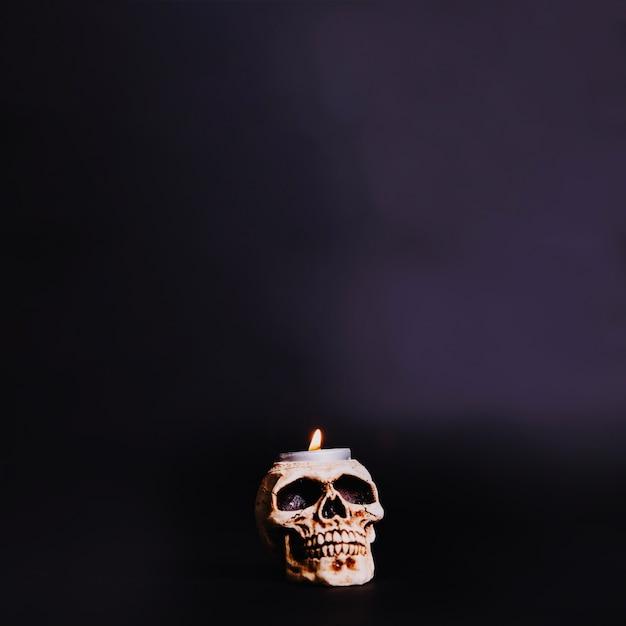 Bougie brûlante dans le crâne