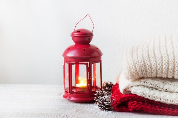 Bougie dans une lampe avec des serviettes à côté