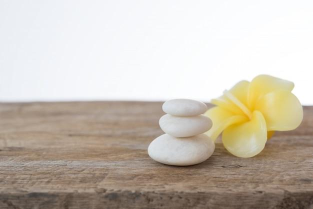 Bougie fleur de frangipanier et pierres zen