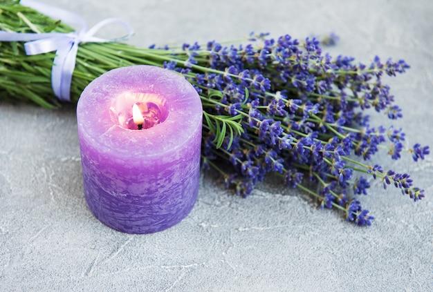 Bougie et fleurs de lavande fraîches