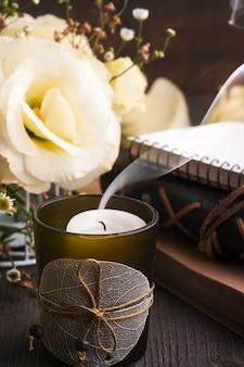 Bougie et fleurs de lisianthus jaune