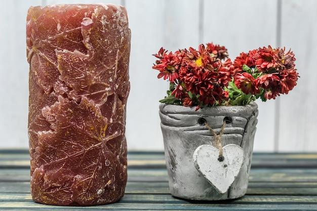 Bougie avec des fleurs en pot coeur