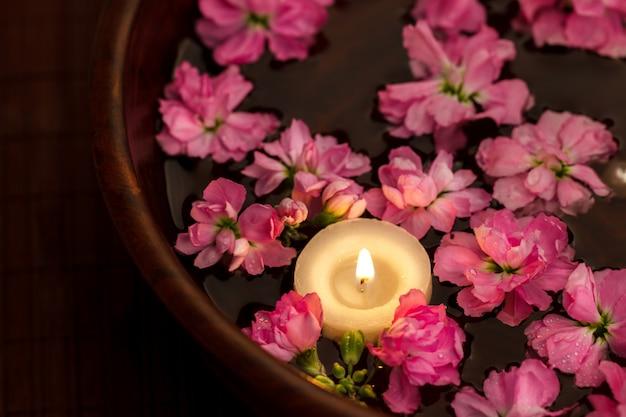 Bougie flottante et fleurs