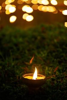 Bougie lanterne sur l'herbe
