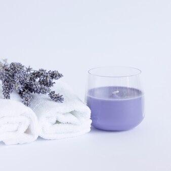 Bougie de lavande d'arôme de serviette blanche de bouquet de lavande séchée
