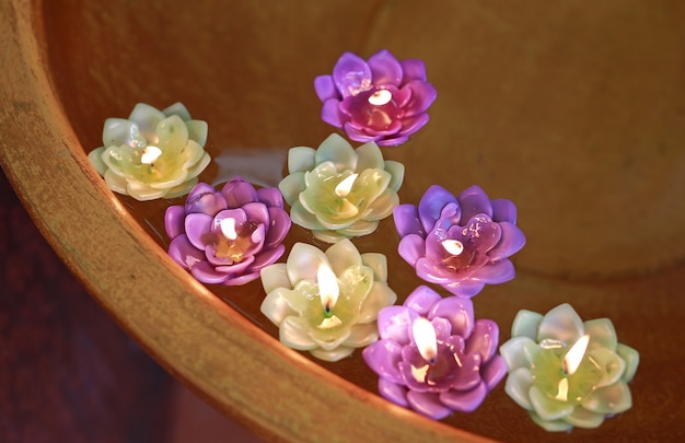 Bougie lotus sur l'eau, thaïlande