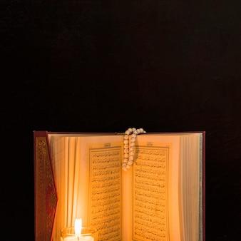 Bougie des pages d'éclairage du coran