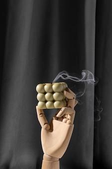 Bougie de soja parfumée aromatique avec de la fumée sur fond textile marron beige bougie à bulles moderne encore...