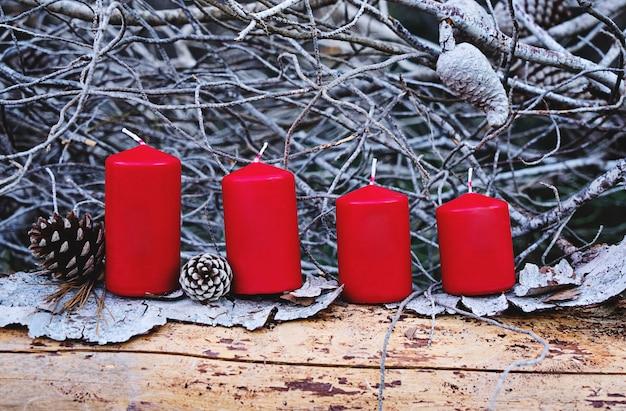Bougies allumées de l'avent de noël