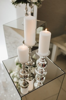 Des bougies allumées sur la boîte en verre