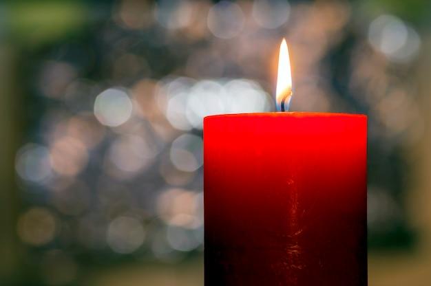 Bougies allumées. bougie de noël brûlant la nuit. bougie abstraite