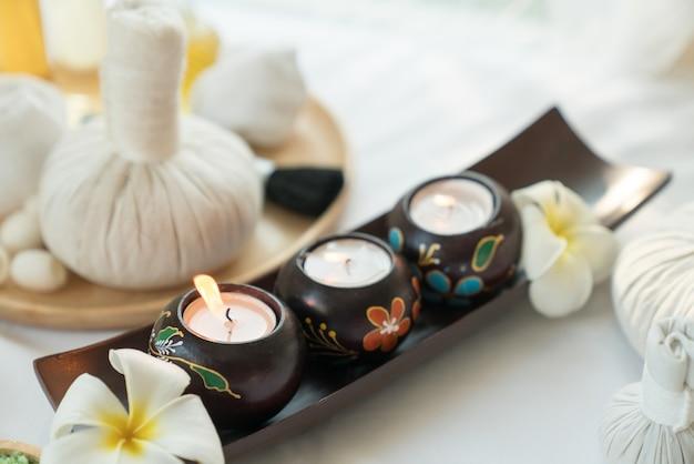 Bougies allumées dans le bien-être du spa