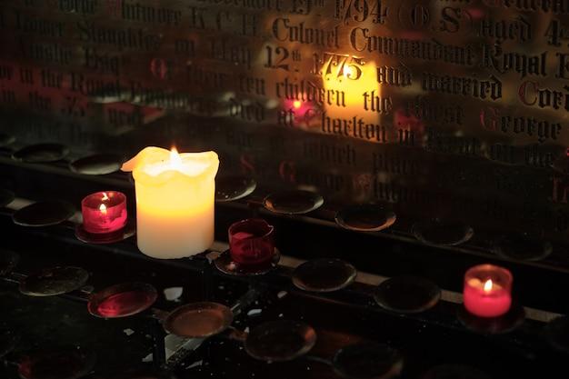Bougies allumées dans l'église sainte-marie de lower slaughter