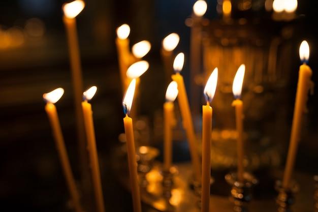 Des bougies allumées dans l'église.