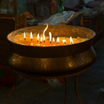 Bougies allumées dans le monastère de drepung, lhassa, tibet, chine