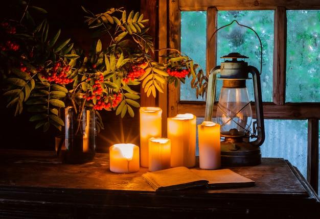 Des bougies allumées dans une vieille maison de campagne