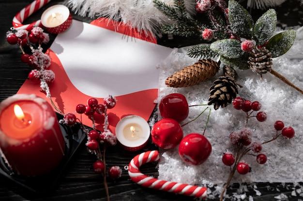 Bougies allumées et décoration de noël sur table en bois