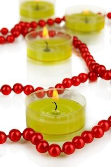 Bougies allumées avec des perles se bouchent