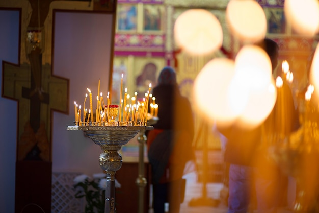 Les bougies allumées pour une prière dans l'église orthodoxe